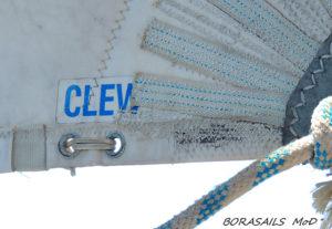 En ocasiones es necesario cambiar y reforzar el puo de escota. Foto: Mónica Díaz.