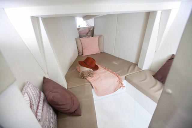 En el interior es posible estar sentado o completar el espacio de una cama doble triangular. Foto: Diego Yriarte.