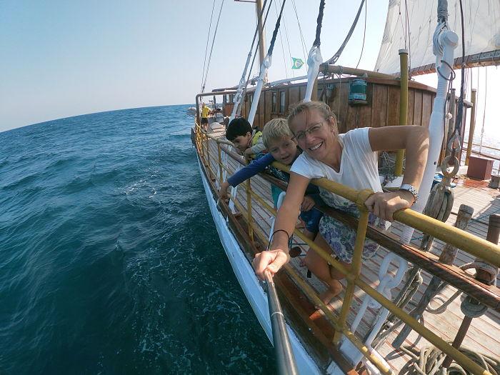 Juan y Bárbara navegando a bordo de la Goleta Gringo.