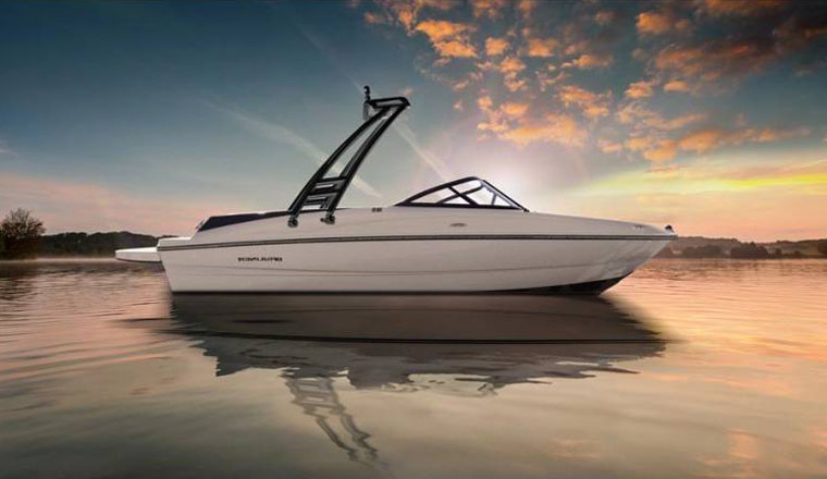 Barco con torre de wakeboard