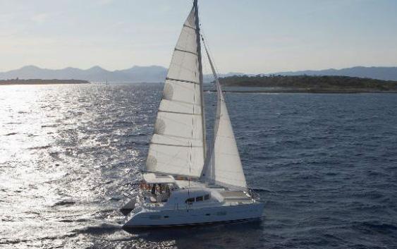 Lagoon 380: El Catamarán Polivalente