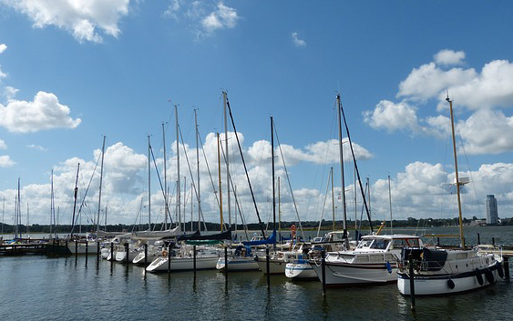 Alquilar un barco, ¿pero navegar con o sin patrón?